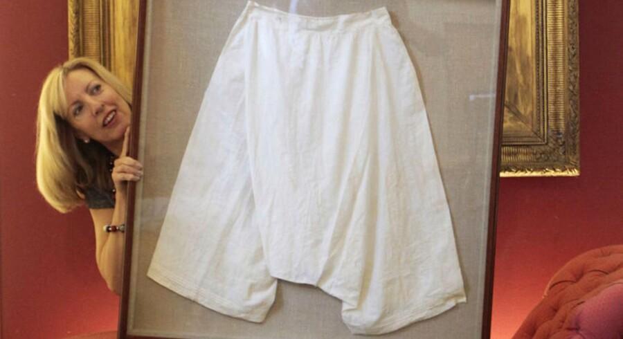 Det er blandt andre disse silke-underbukser, som har tilhørt dronning Victoria, der skal sælges på auktion.