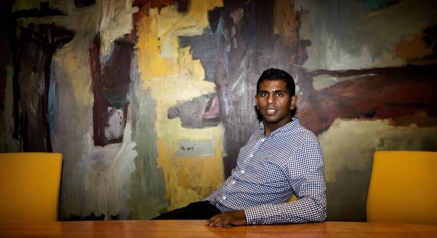 Rahuvaran Pathmanathan har som ung akademiker fået job i Danske Bank, der er en af de danske virksomheder, som ansætter flere og flere akademikere.