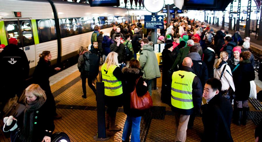 ARKIVFOTO 2010 af rejsende på Københavns Hovedbanegård- Se RB 17/12 2013 07.36. Hvis DSB i højere grad skal overholde køreplanen, så skal der strammes op på kontrakten med staten, mener DF.(Foto: Kristoffer Juel Poulsen/Scanpix 2013)