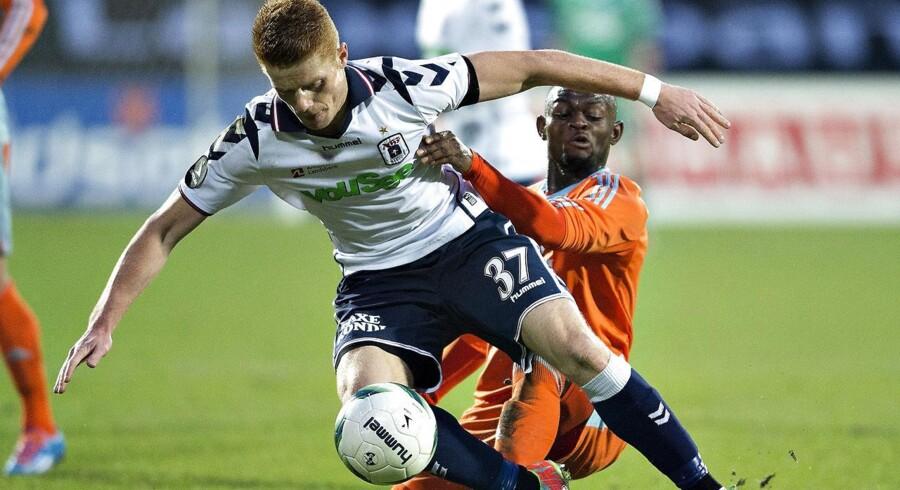 Aarhus Elite nedjusterer forventningerne og venter i 2013/14 et resultat, der er dårligere end året før. Her er AGFs Mikkel Kirkeskov i kamp mod FCKs Igor Vetokele i søndagens opgør.