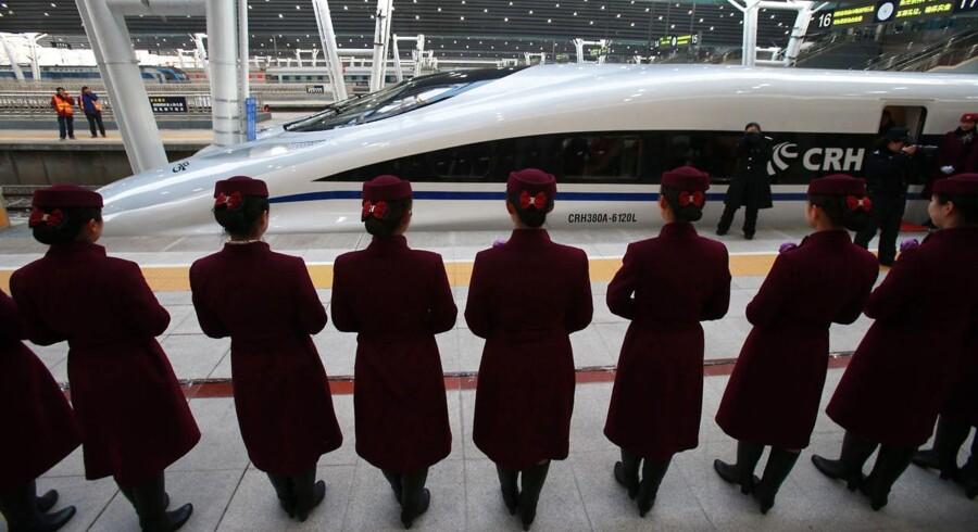 Der ventes på perronen i Beijing.