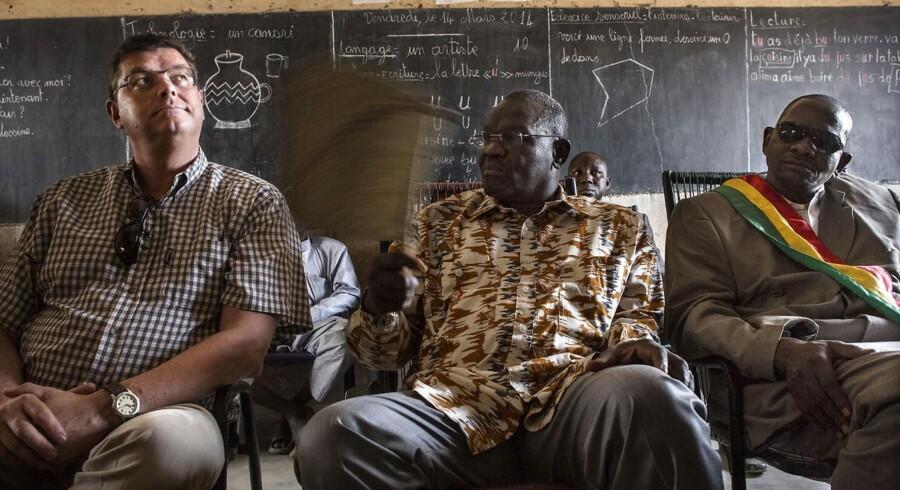 Handels- og udviklingsminister Mogens Jensen sammen med Malis justitsminister Bat Nily under sit besøg i landsbyen Congola tirsdag 18. marts 2014 i Mali.