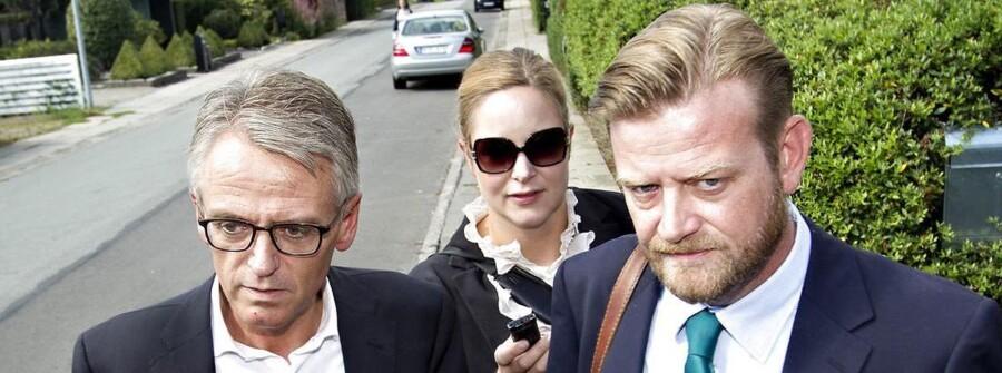 Peter Arnfeldt (th.) - tidligere spindoktor for tidligere skatteminister Troels Lund Poulsen (V) - sammen med sin advokat, Henrik Stagetorn, på vej til Skattesagskommissionen ved en afhøring den 29. august 2012.