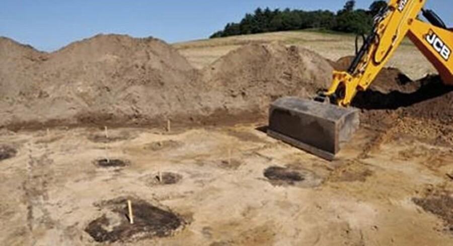 Gravemaskiner begyndte allerede i begyndelsen af juli at fjerne den øverste pløjemuld. Men det er først nu, at man med sikkerhed kan udpege, hvor de gamle huse fra jernalderen har været opført.