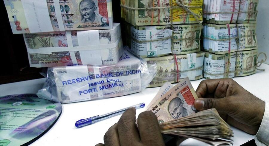 Den indiske rupee er faldet kraftigt i værdi, og tilliden til landets statsobligationer styrtdykker.