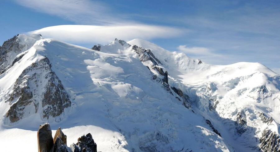 Sneskredet skete på Mount Maudit (til højre), der er en populær destination for sommerturister i de franske alper.