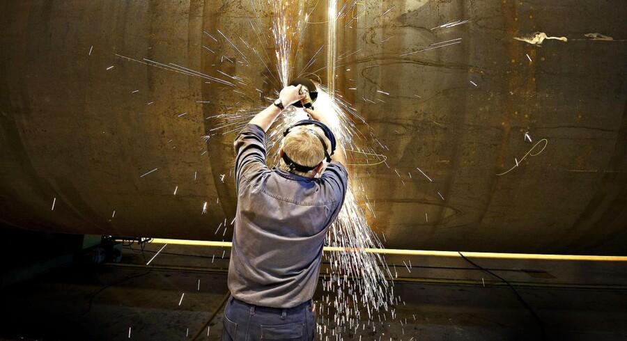 Vestas aktie har slået gnister i år. Her er det fabrikken i Varde, der producerer tårne i stål til Vestas vindmøller. Smede metalarbejdere bukker de store stålplader og svejser dem sammen inden de med tårntransporter bliver kørt videre til maling i Esbjerg. Her ses svejser med vinkelsliber igang med at slibe kanter af