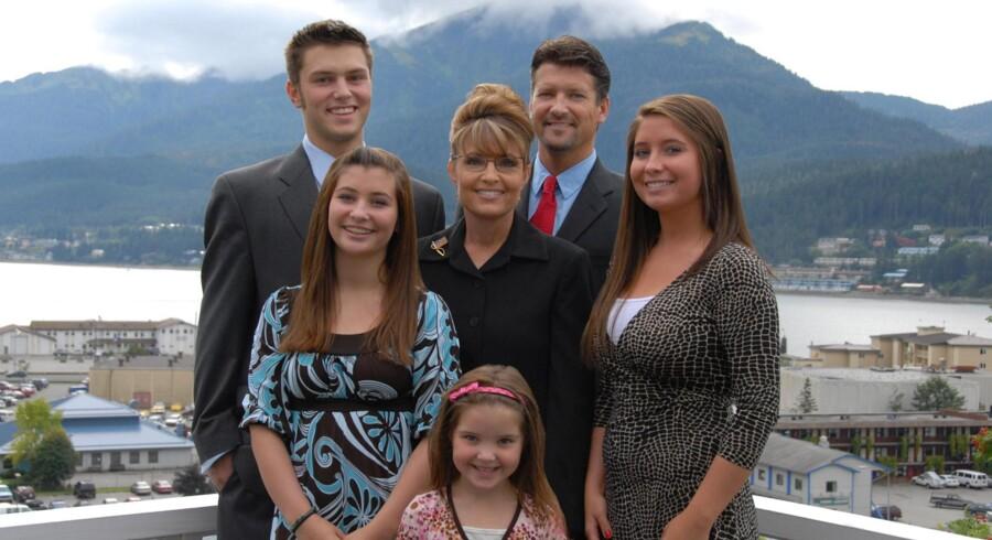 Sarah Palin foretrækker naturen fremfor et politisk kontor, fremgår det af ny tv-serie. Her ses hun med sin mand og fire af parrets fem børn.