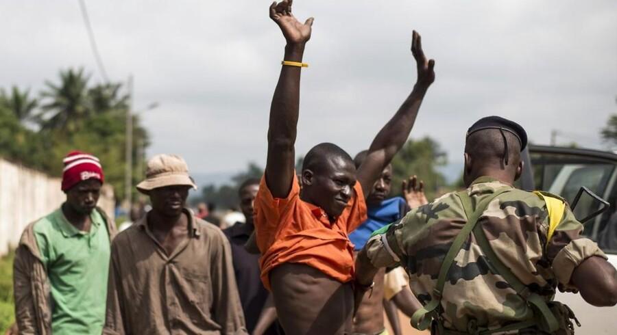 Civile bliver kontrolleret i byen Bangui i den Den Centralafrikanske Republik.