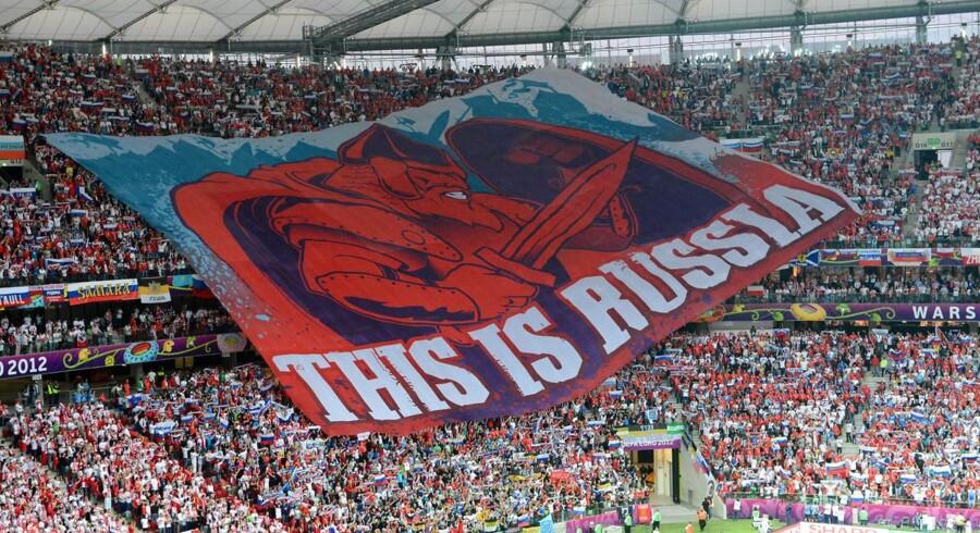 Russiske fodboldfans under EM i 2012. Hvis det står til landets politikere, vil tilskuerne snart kunne nyde øl på deres stadioner i Rusland, da man arbejder på at ophæve det ni år gamle ølforbud. Det er godt nyt for især Carlsberg.