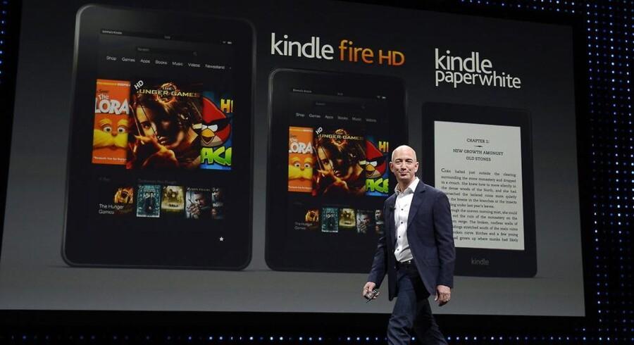 Amazons topchef, Jeff Bezos, på scenen ved præsentationen af den nye Kindle-serie med Kindle Fire HD i to størrelser og den klassiske e-bogslæser Kindle Paperwhite. Foto: Michael Nelson, EPA/Scanpix