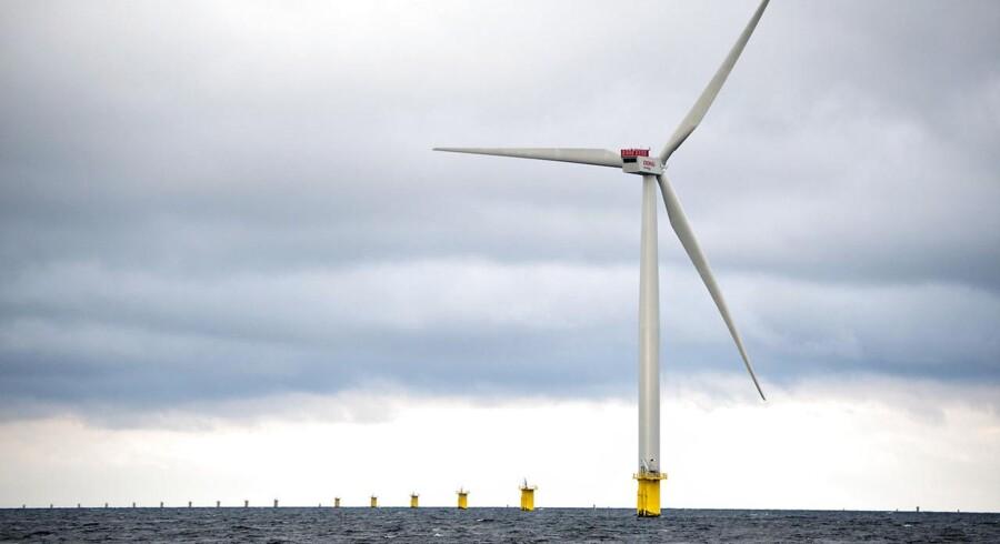 Det Miljøøkonomiske Råd anbefaler bl.a. at genoverveje de kommende havmølleparker Horns Rev 3 og Kriegers Flak. Her snurrer en Siemens-møller under opførelsen af den seneste danske havmøllepark ud for Anholt.