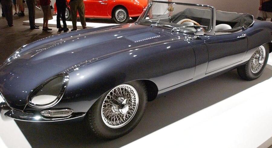Jaguar E-Type Roadster er blandt de mange ædle biler, som en hovedrig britisk tandlæge nu sælger.