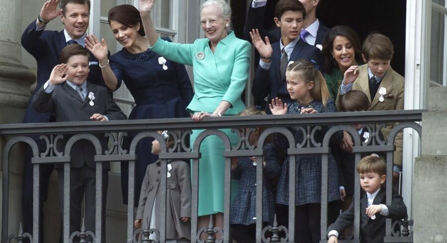 Dronning Margrethe med hele familien - dog minus prinsgemalen - på balkonen på Amalienborg.