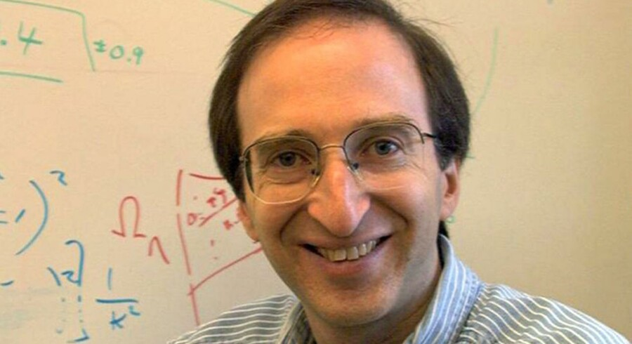 Årets Nobelpris i fysik tildeles de tre forskere Saul Perlmutter (som er på dette billede), Brian Schmidt og Adam Riess, oplyser Nobel-komitéen. Perlmutter og Riess er amerikanere, mens Schmidt er både amerikansk og australsk statsborger.