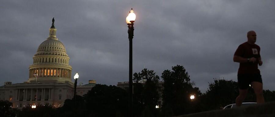 En jogger løber forbu Capitol-bygningen i Washington, hvor kongressen har hjemme.