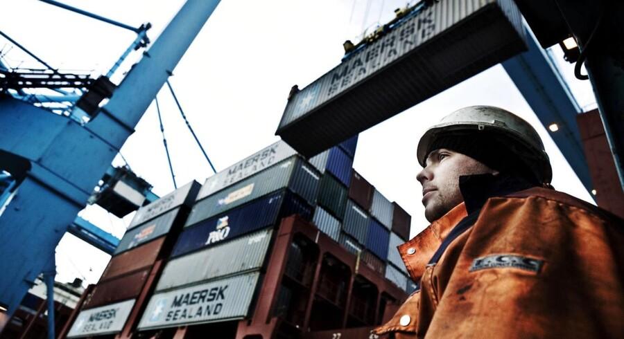 Der er hård konkurrence på markedet for søfragt af containere. Her losser APM Terminals containere fra et Mærsk skib på havnen i Rotterdam. (Arkivfoto: Claus Bjørn Larsen)