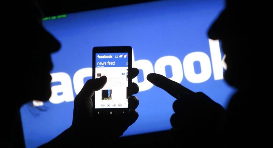 Facebooks forsøg på at gøre netværket ordentligt tilgængeligt på mobiltelefonernes mindre skærme har været fulde af kvaler. Med onsdagens regnskab ser det nu ud til, at der er ved at ske noget rigtigt for selskabet, hvis investorer ikke ligefrem har jublet over halverede aktiekurser. Arkivfoto: Dado Ruvic, Reuters/Scanpix