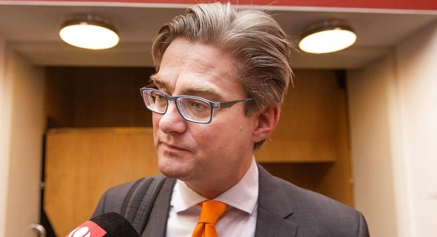 Søren Pind taler med medierne før Venstres gruppemøde på Christiansborg.