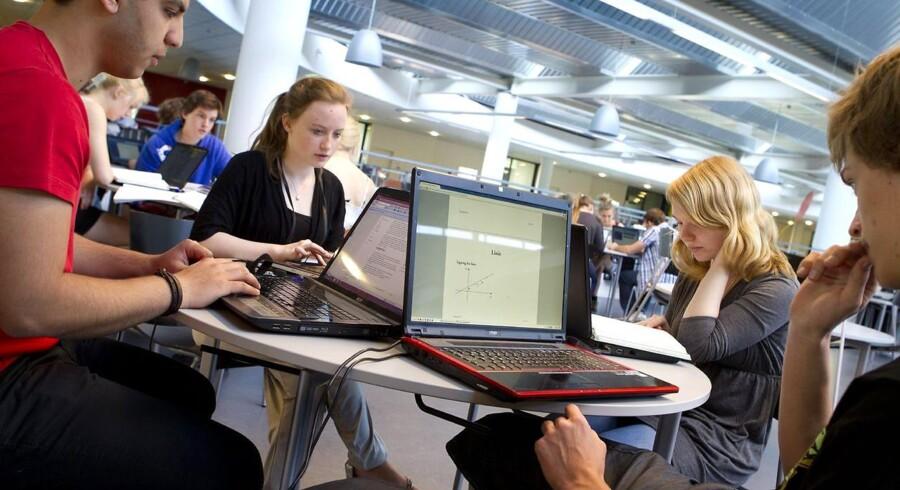 Danske studerende er for sløve til at komme til udlandet og studere, lyder kritikken fra Lego. Undervisningsminister erklærer sig enig.