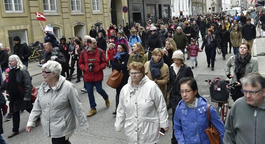 Tusindvis på vej til Amalienborg for at hylde Dronningen