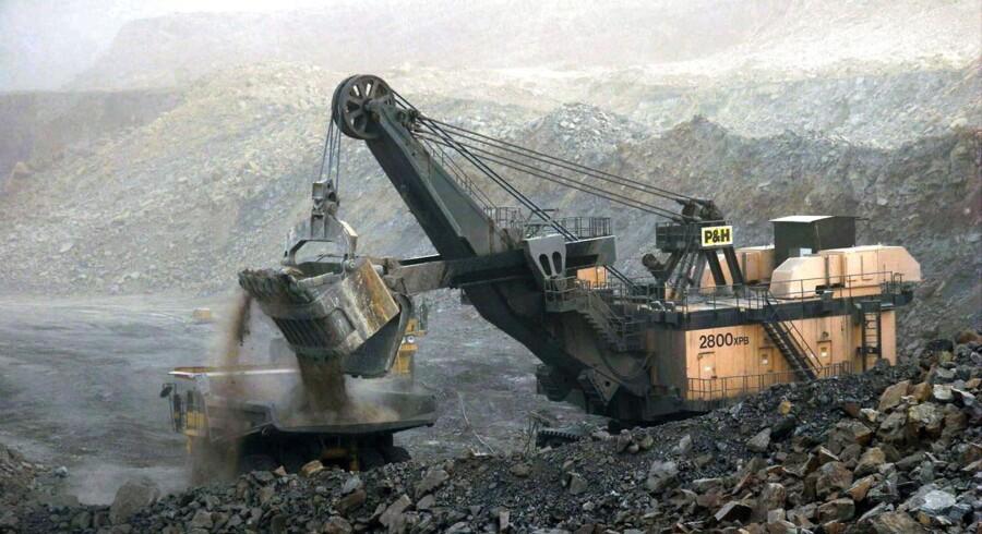 Arkivfoto: En kinesisk gravemaskine på jagt efter sjældne jordarter ved Shuozhou i den kinesiske Shanxi-provins. Netop Kina har tabt en sag ved WTO, som kan kickstarte en global priskrig på sjældne jordarter.