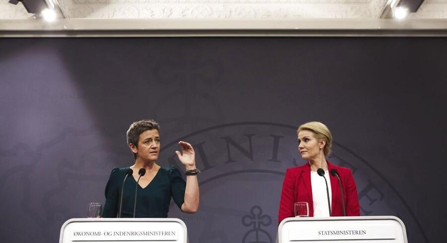 Økonomi- og indenrigsminister Margrethe Vestager (R) og Statsminister Helle Thorning-Schmidt (S) præsenterer vækstpakken i Spejlsalen i Statsministeriet.