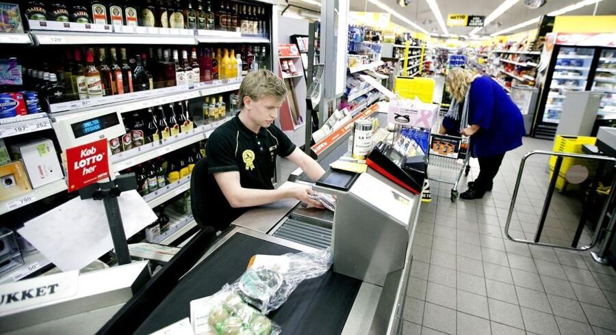 Fjernelsen af lukkelov og længere åbningstider får dagligvarebutikker til at satse på studerende og andre deltidsansatte i stor stil. Det giver kritik fra fagforeningen HK.