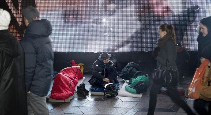 ARKIVFOTO. Hjemløse-happening på Rådhuspladen mandag d. 9 december 2013. Hjemløse ruller deres soveposer ud i protest mod, at der mangler sengepladser på byens herberger. (Foto: Keld Navntoft/Scanpix 2013)