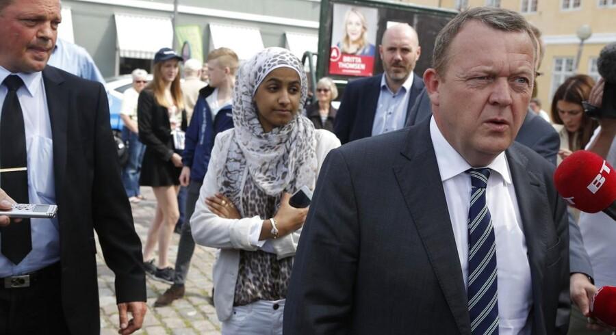 I forbindelse med europaparlamentsvalget delte Venstres formand Lars Løkke Rasmussen valgpjecer ud på torvet i Køge onsdag. De fremmødte journalister ville dog hellere høre om tøjsagen.