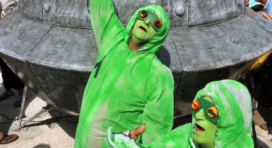 Forskerne mener, at vi kommer til at møde rumvæsener med et hove,d to arme og to ben, men om de også vil være grønne som disse franskmænd forestiller sig, melder han intet om.