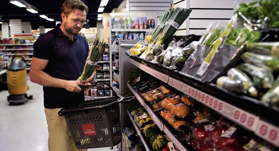 Danskerne er godt tilfredse med at betale 25 procent i moms på andet end mad, men et stort flertal vil gerne have momsen ned på især de sunde fødevarer som frisk frugt, økologi og nøglehulsvarer, viser en meningsmåling fra De Samvirkende Købmænd (DSK) ifølge Politiken. Her ses fødevareminister Dan Jørgensen.