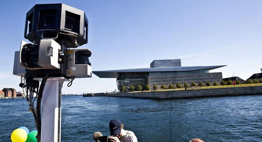 Også i Danmark blev Googles ulovlige indsamling af data gennem sine fotovogne - her på vej mod Operaen i København - kritiseret skarpt og alle data krævet slettet. Arkivfoto: Bjarke Bo Olsen, Scanpix