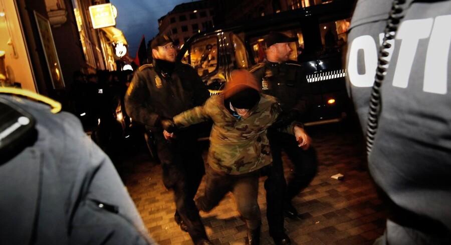 Politiet brugte knipler og peberspray mod en gruppe demonstranter foran Venstre Ungdoms hovedkvarter.