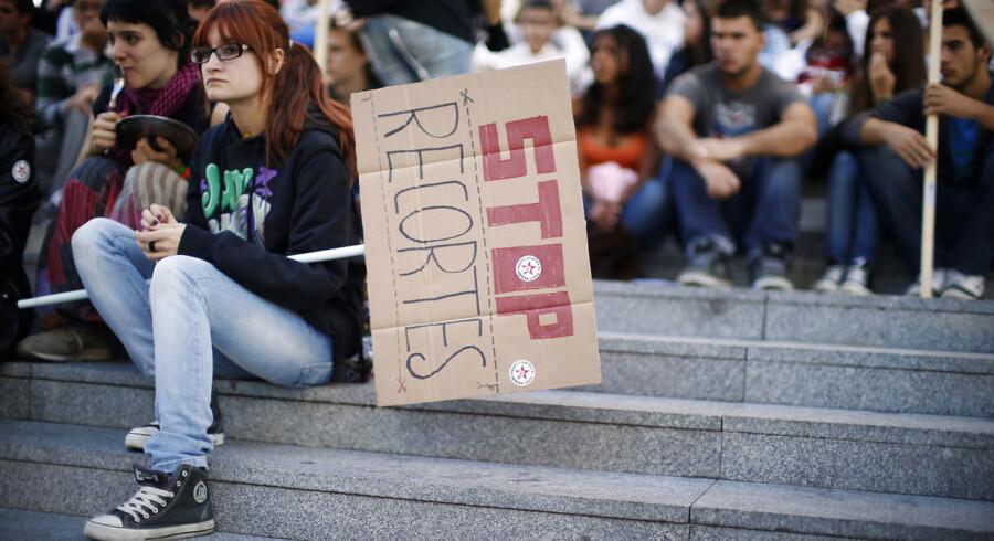 Spanske studerende er gået på gaden i Sevialle for at demonstrere mod bebudede nedskæringer på uddannelser.