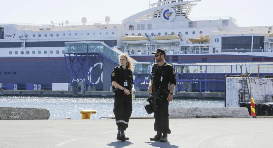 Bevæbnet norsk politi tjekker biler, som ankommer til Kristiansand fra Hirtshals med færgen.