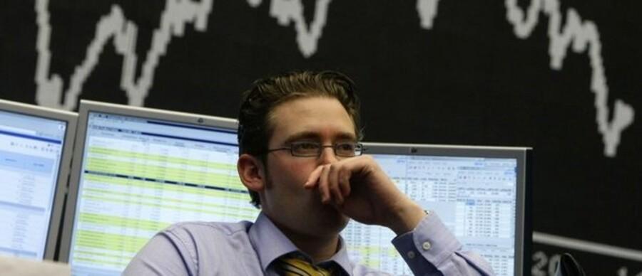 »Når vi ser længere frem i tid, er aktierne ude af trit med virkeligheden og vil falde i kurs,« lyder det fra David Karsbøl, cheføkonom i Saxo Bank. Her ses en investor fra USA.