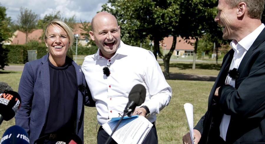 K-formand Søren Pape Poulsen omgivet af folk, der siger stop: Lene Espersen og Tom Behnke.