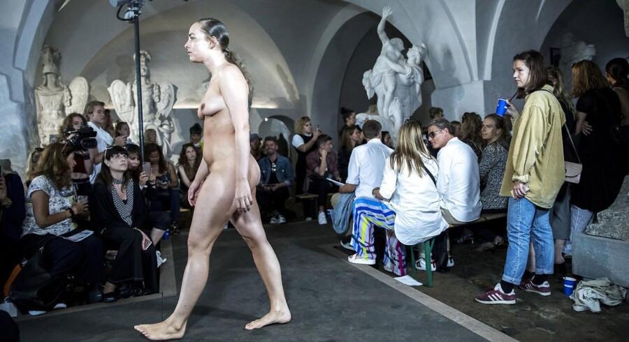 Til Nicholas Nybroes show kom der indimellem en helt nøgen model, der ganske roligt gik gennem rummet i al sin almindelighed.