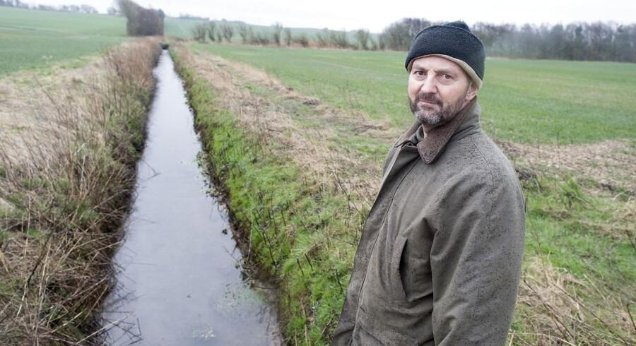 To landmænd er frifundet i den første sag om randzonelovgivningen. Loven må være død nu, siger landmænd. Povl Blak Bojer på sin mark
