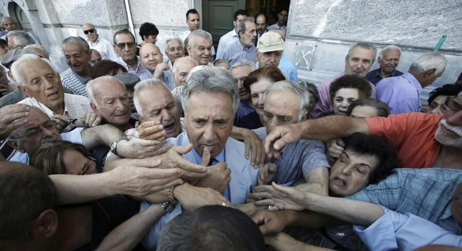 Her uddeles kuponer til de mange ventende pensionister ved en bank i Grækenland.