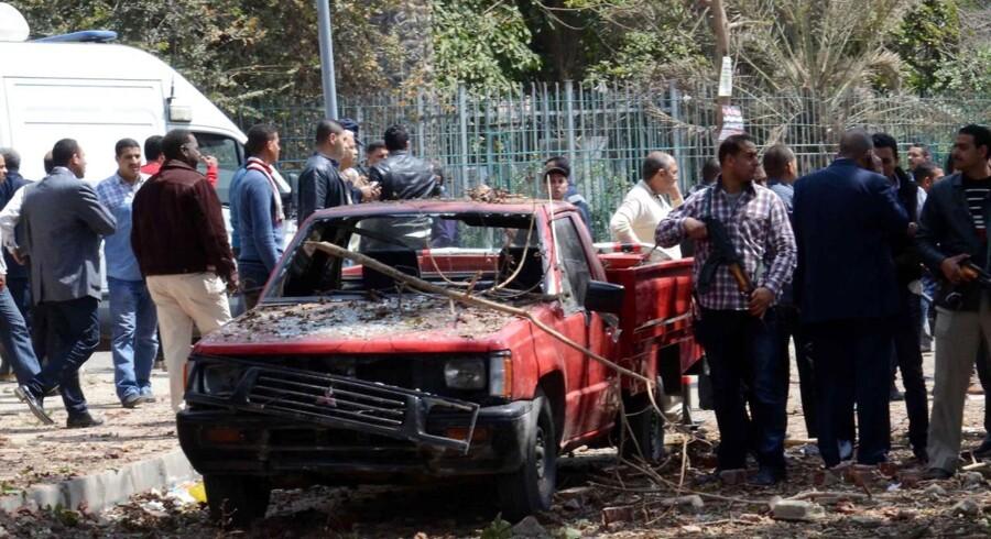Egyptiske sikkerhedsfolk inspicerer området omkring universitetet i Cairo, hvor mindst tre bombeeksplosioner onsdag eftermiddag dræbte en brigadegeneral fra politistyrkerne og sårede fem medlemmer af sikkerhedsstyrkerne