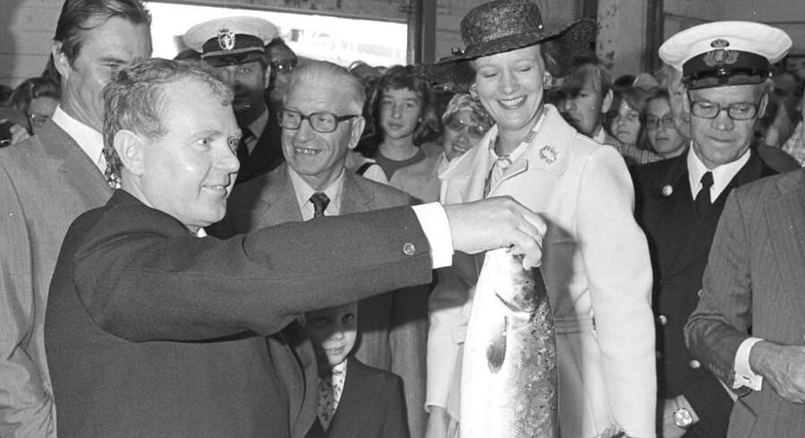 1976. Kongefamilien til fiskeauktion. I forgrunden Skagens borgmester gennem mange år, H. Nibe Hansen.