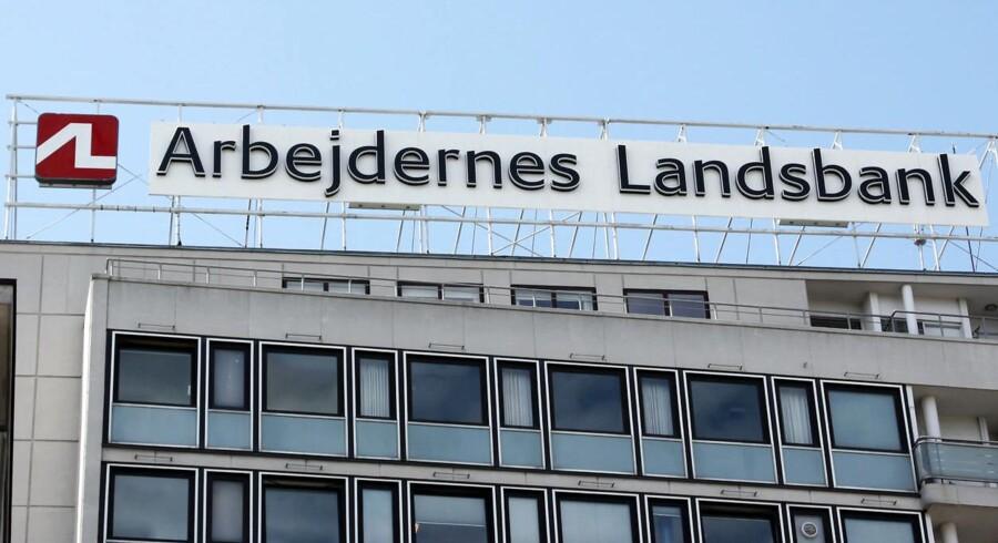 Arbejdernes Landsbank holder hånden under Østjydsk Bank – og det tager banken sig selvfølgelig betalt for.