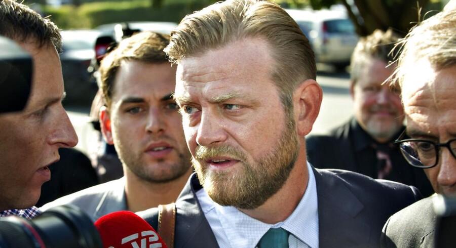 Peter Arnfeldt, tidligere spindoktor for Troels Lund Poulsen, taler med journalister ved ankomsten til retten, hvor han skal vidne for Skattekommissionen.