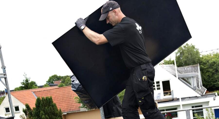Et solcelleanlæg monteres på et villa tag i Aarhus.