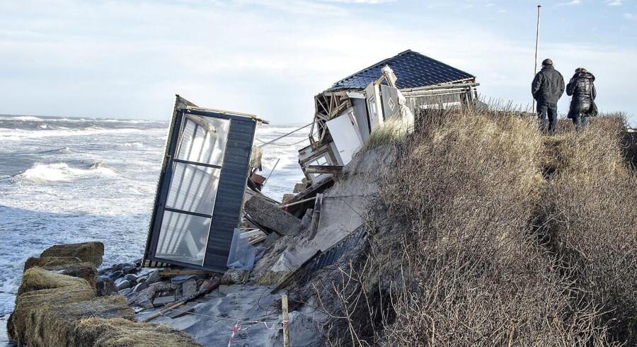 Natten til søndag satte naturkræfterne nådesstødet ind mod Christian Hartmanns sommerhus ved Nørlev Strand. Sommerhuset Ved Klitten 15 har i lang tid hængt ud over kanten og været truet af havet.