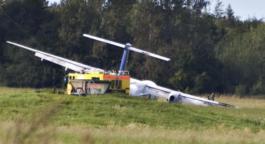 Her ses Dash 8-flyet, der med 73 passagerer fik en voldsom landing i Aalborg Lufthavn 9. september 2007. Flyets landingsstel brød sammen under landingen, og der opstod en brand i en motor.