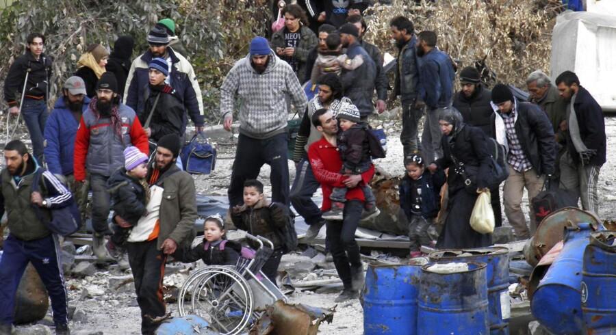 Civile har pakket deres ejendele og begiver sig ud af Homs.
