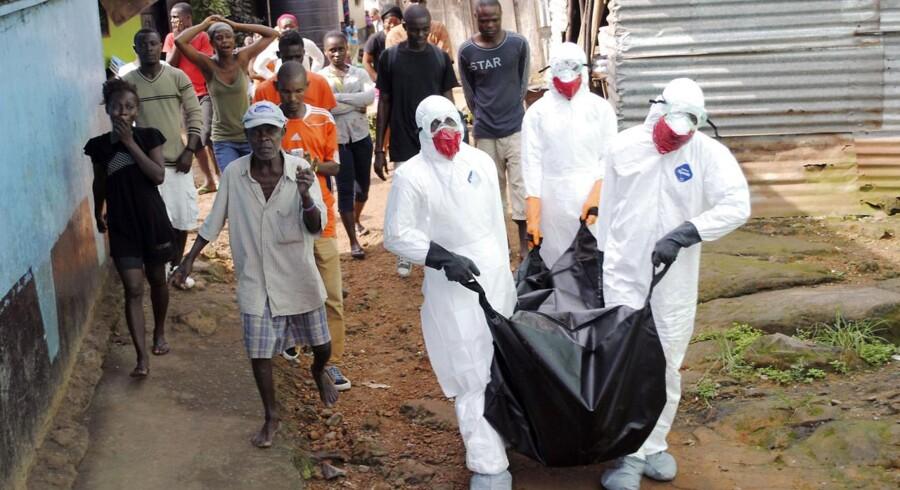 Sundhedsarbejdere fjerner liget af Prince Nyentee, en 29-årig mand fra Monrovia, der for nylig døde af ebola.